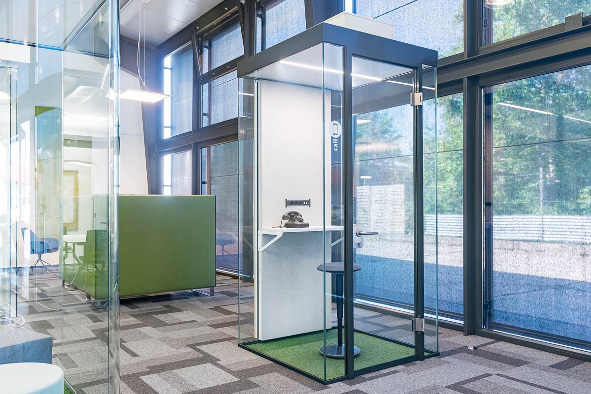 Room in room for telephone calls in the office, compact and yet not cramped. Frameless glass surfaces for a wide and pleasant feeling of space.