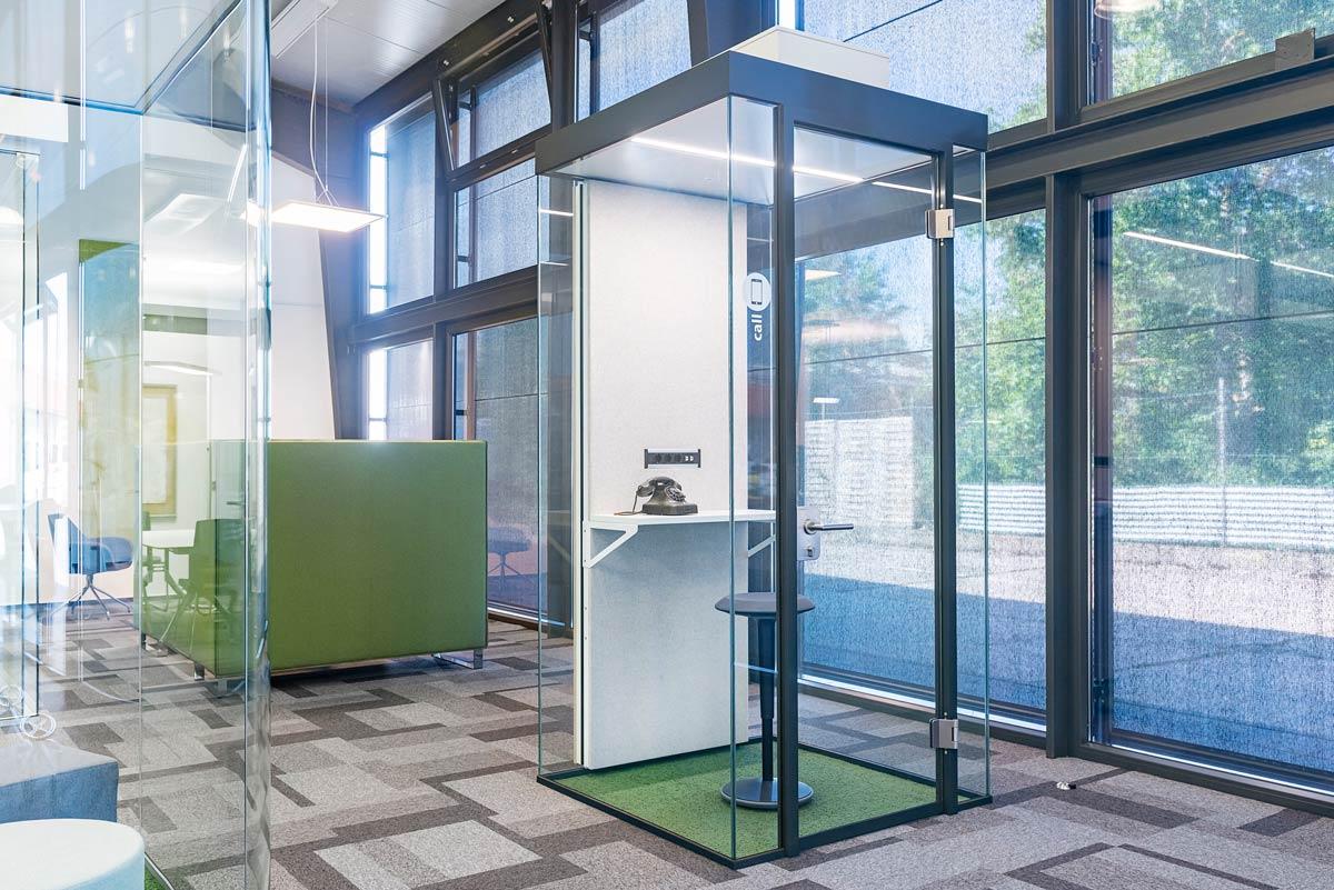 Raum in Raum für Telefonate im Büro, kompakt und doch nicht eng. Rahmenlose Glasflächen sogen für ein weites und angenehmes RaumgefühlRaum in Raum für Telefonate im Büro, kompakt und doch nicht eng. Rahmenlose Glasflächen sogen für ein weites und angenehmes Raumgefühl