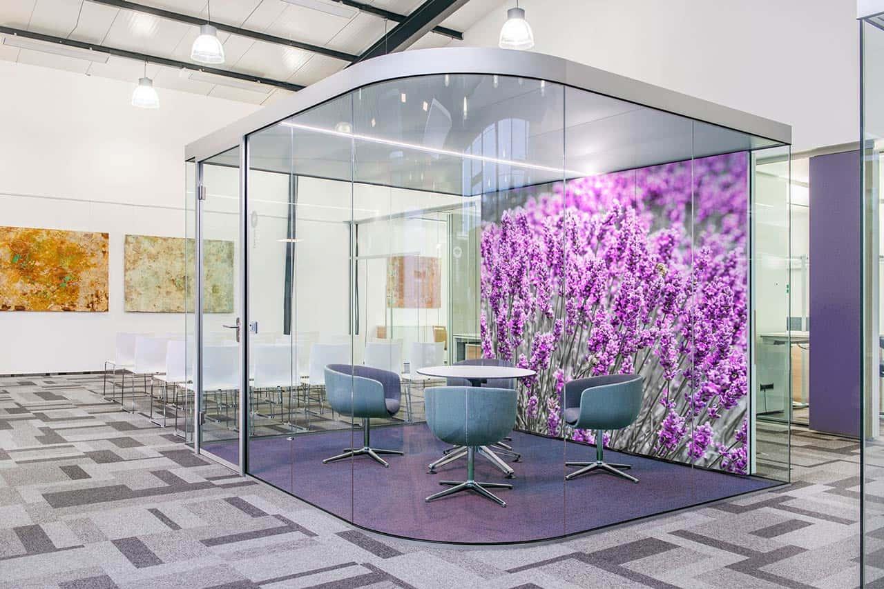 Raum in Raum Digitaldruck Lavendel. Profile ev1 silbern eloxiert.