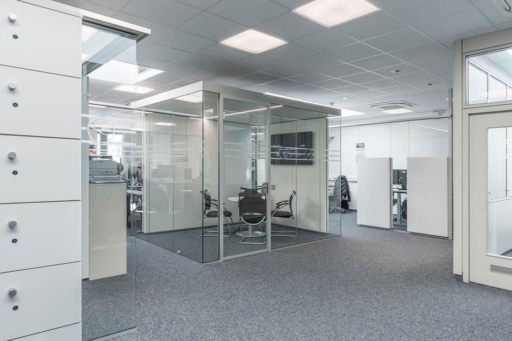 Raum-in-Raum ergänzt Glas-Akustik
