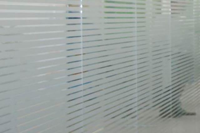 Glaswand mit Folierung