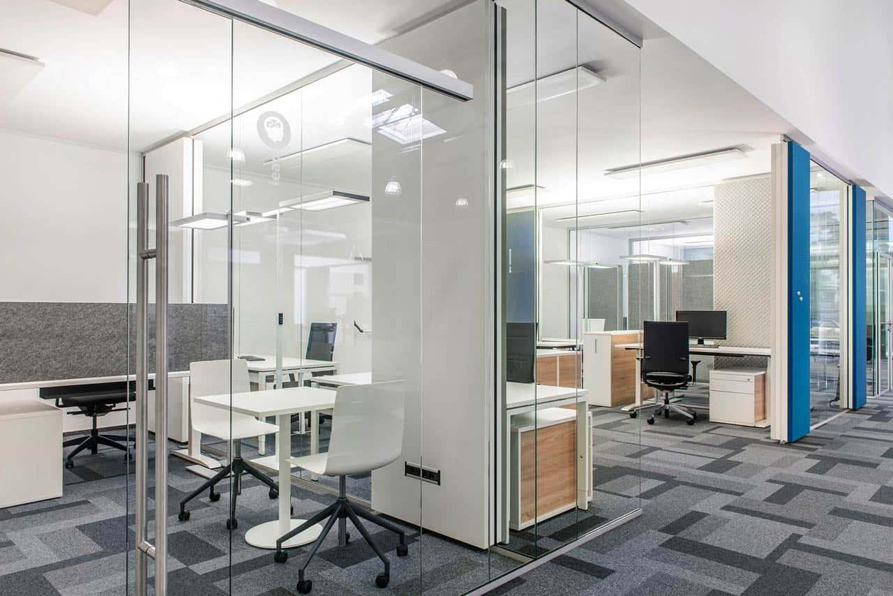 Die Glaswand mit Schiebetüre im Büro