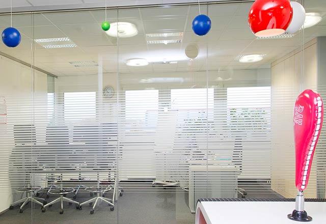 Glaswand Foliendesign oder Siebdruck