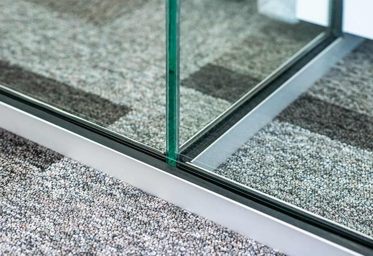 Rahmenlose Glaswand Bodenanschluss