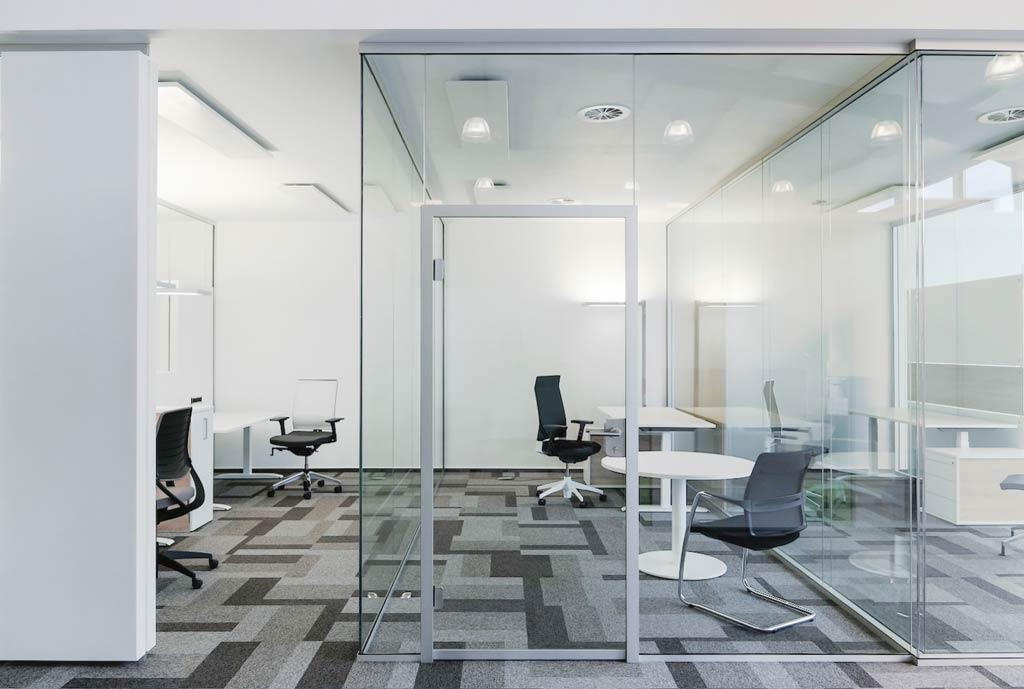 Raumsystem aus Glas und Akustikelement