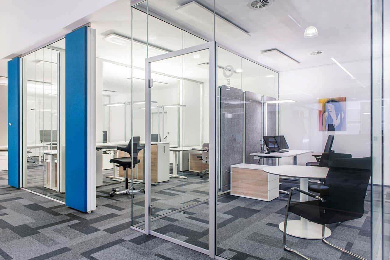 Die Glaswand optimiert die Akustik im Büro