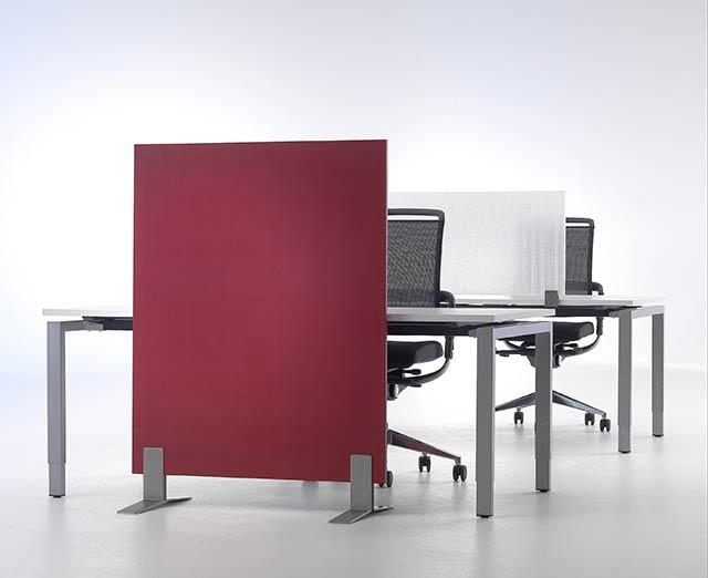 Akustikschirm gliedert Arbeitsplatz
