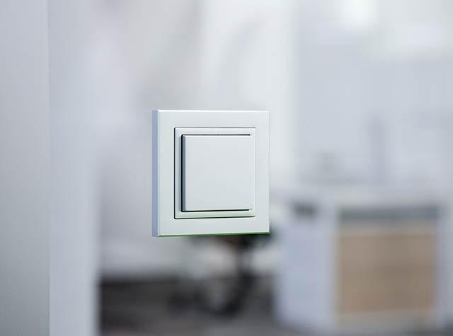 Funktaster der Denkerzelle auf Glaswand
