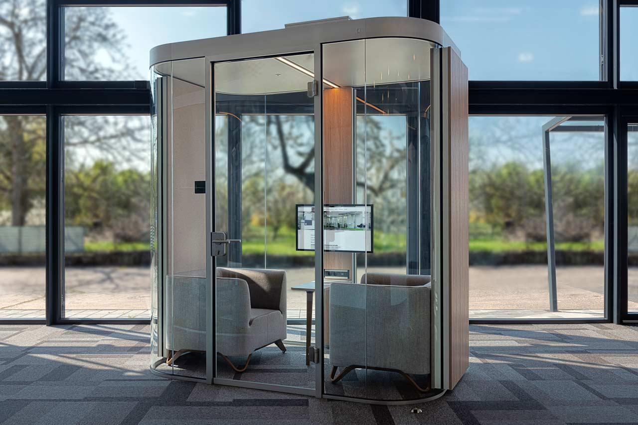 Raum-in-Raum Konstruktion mit runden Glaselementen